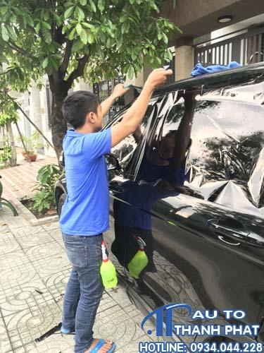 nhân viên đang dán fim cách nhiệt cho xe ford ecosport tận nơi tại nhà