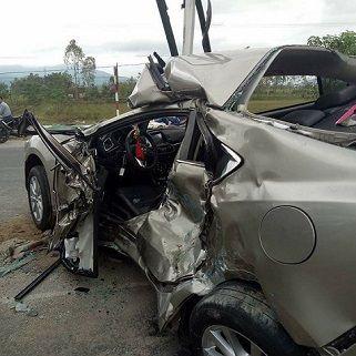 Xe Mazda 6 Bị Đâm Nát Nhưng Vẫn Không Bung Túi Khí