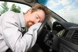 Ngủ trên xe hơi rất nguy hiểm và những kiến thức cần biết khi bị nhốt trong xe